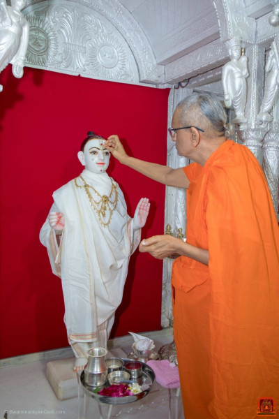 Acharya Swamishree Maharaj does a chandlo to the Lord