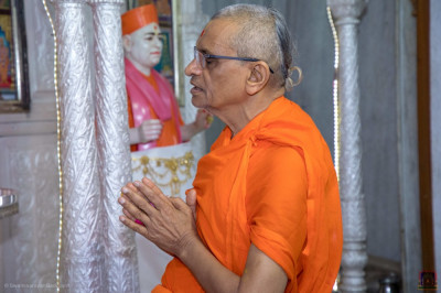 Acharya Swamishree Maharaj performs a prayer