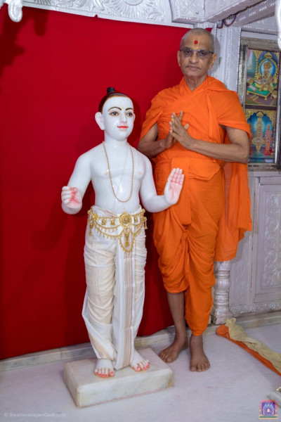 Divine darshan of Lord Shree Swaminarayan and Acharya Swamishree Maharaj