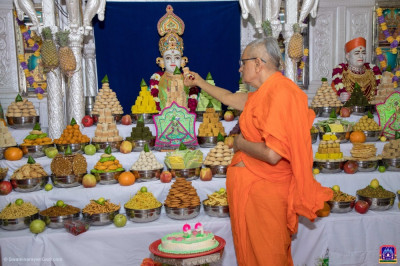 Acharya Swamishree Maharaj offers prasad to Shree Ghanshyam Maharaj