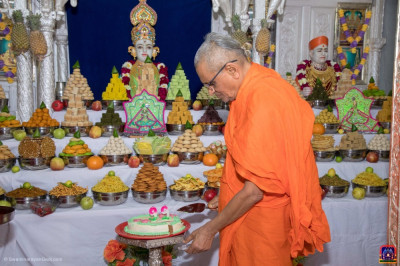 Acharya Swamishree Maharaj cuts the celebrations cake