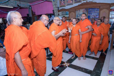 Acharya Swamishree Maharaj and sants perform annakut aarti
