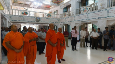 Sants and disciples gathered for Acharya Swamishree Maharaj's arrival