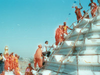 Acharya Swamishree Maharaj raises the flag on top of Smruti Mandir on 15th September 1991