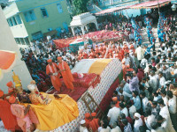 On 14th October 1991, a procession was held to take all the mahamantra books from Maninagar Mandir to Smruti Mandir. More than 250 million 'Swaminarayanbapa Swamibapa' mahamantra were written by over 50 thousand Sants and disciples preceding the grand opening festival.