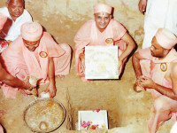 Acharya Swamishree lays the foundation stone of Shree Muktajeevan Swamibapa Smruti Mandir, built at the exact site of Jeevanpran Swamibapa's cremation, Godasar, 1980