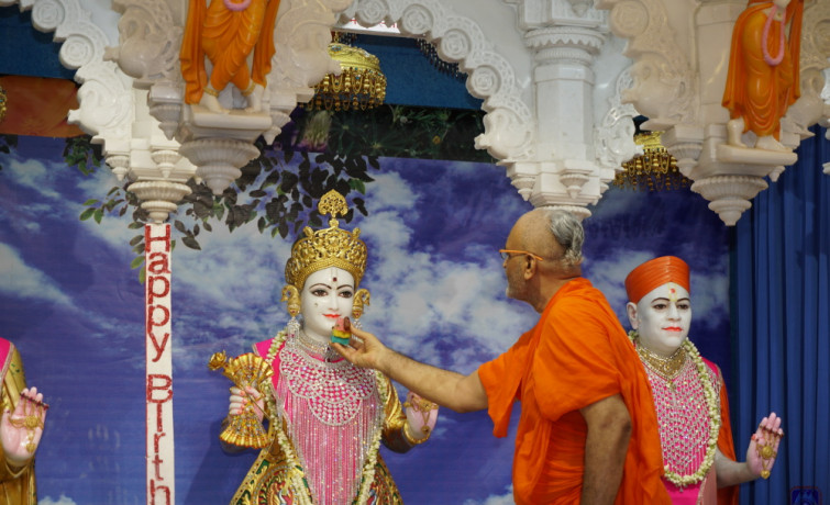 Mumbai Mandir Celebrates Acharya Swamishree's 78th Birthday